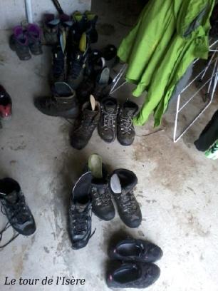Jour de pluie, des chaussures fleurissent sous le porche du refuge...