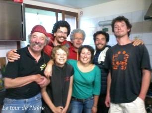 La belle équipe ! De gauche à droite : Jean-Claude, le fabuleux gardien, Pierre-Lou, Théophile, Henri, Christelle, Charlie, Guillaume. La cuisine commence à être petite !