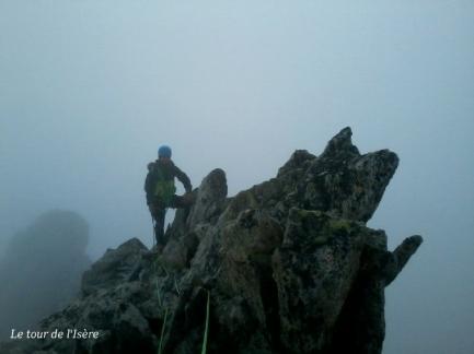 Sommet du Mont Gardi. Le brouillard ne nous aura as vraiment lâché... Mais le bon rocher nous réconcilie avec ces arêtes, qui nous avaient un peu rabroués près la tête du clotonnet... !