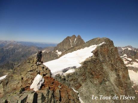Au sommet de la pointe droite de la cime du vallon, en arrière plan en neige. Au fond, l'olan.