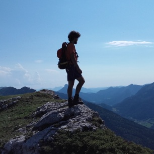 La contemplation au sommet du Mont Truc, lors de l'avant-dernière étape... Un long parcours qui se dessine à l'horizon, comme au plus profond de soi...