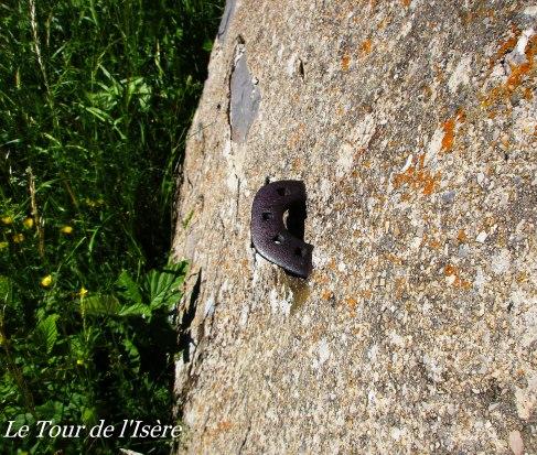 Petite curiosité sur le mur de cette ruine : un fer à cheval, faisant office de décrottoir !