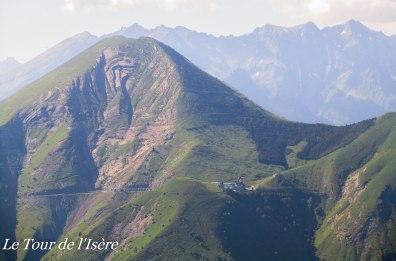 Le sanctuaire de la Salette, perdu au fond de cette vallée verte, lieu de pèlerinage et de paix.