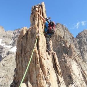 Une traversée d'arête sur du rocher pas toujours très stable ! Sur le fil du rasoir....
