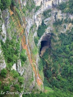 La cascade issue de la source de moulin marquis, une source qui sort du rocher...