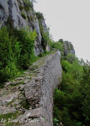 Un magnifique sentier qui garde des traces d'un commerce autrefois journalier, disparu au milieu du XIXème siècle... Le pas de l'Allier était autrefois la seule porte pour monter sur le plateau du vercors, de ce côté, avec la route des grands goulets.