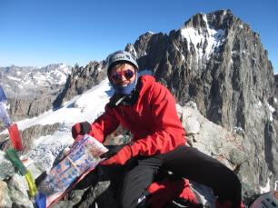 Souvenir de notre passage au sommet du pic coolidge, un étendard de Bruno Gripari. En arrière plan, la face sur de la Barre des Ecrins, avec le couloir de neige que nous ferons le lendemain