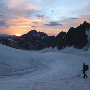 Levé de soleil sur le glacier blanc