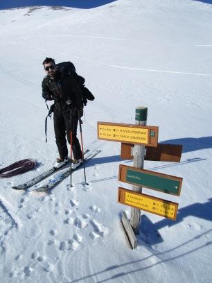 Ben Sur les plateaux : La neige, dure et gelée de partout, n'a pourtant pas la même épaisseur.. le vent a bien soufflé.