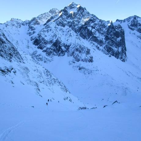 Première ascension, avec le Rocher Blanc en fond. Quelques flocons sur fond dur, on est heureux d'arriver au col du Tepey !