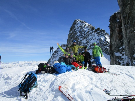 Enfin à la selle de Puy Gris, l'équipe réunie après une bavante en neige collante ! Parmi nous, Des représentants de POW, des professionnels, des amateurs, ... Tous réunis pour le plaisir de partager ces instants ensemble !!