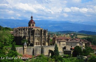 St Antoine l'Abbaye, où l'arche, communauté prônant la non-violence entre autre chose, s'est installée.