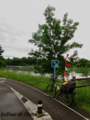 L'APAVER de la compagnie nationale du Rhône, qui est un nettoyage des alluvions qui s'amassent près des barrages, nous interdisent la navigation sur le Rhône. Seule option : la piste cyclable.