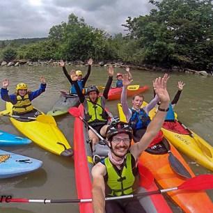 La dernière portion du Rhône en compagnie de kayakistes de grenoble et de Paladru ! Initiation parfaite pour plusieurs jeunes, belle rigolade !