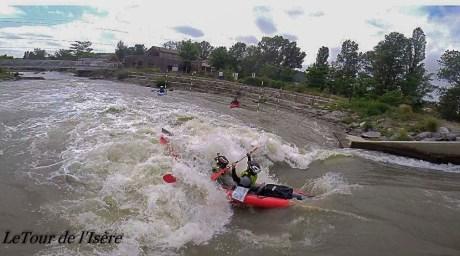 Les rapides de la rivière artificielle de St Pierre de boeuf. le kayak avait autant d'eau dehors que dedans.