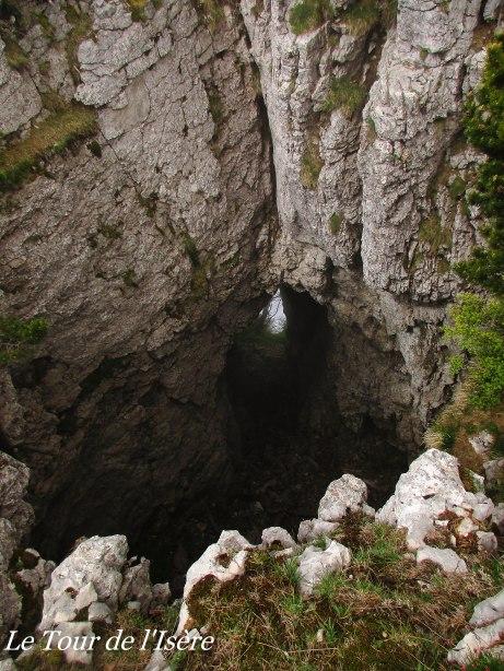Rochers du Plautret, gouffre donnant sur la falaise drômoise.